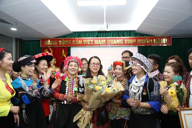 hứ trưởng, Phó Chủ nhiệm UBDT Hoàng Thị Hạnh giao lưu cùng các thầy cô giáo