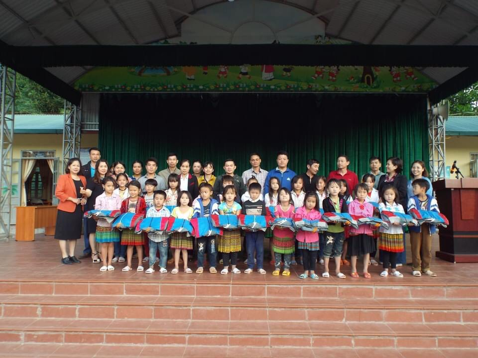 Áo ấm và dép mới đến với học sinh tiểu học Chà Cang.