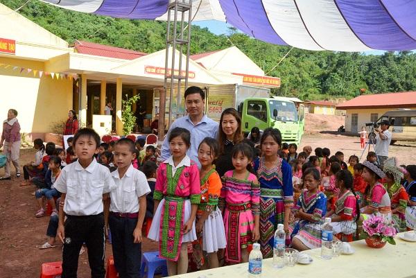 Niềm vui của học sinh trường tiểu học Nậm Nhừ khi đón đoàn thiện nguyện.