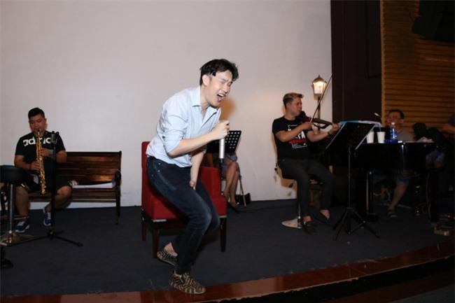 """Bảo Anh khoe eo thon, miệt mài tập nhạc lúc nửa đêm cùng Dương Triệu Vũ cho liveshow """"Dạ Nguyệt"""" - Ảnh 2."""