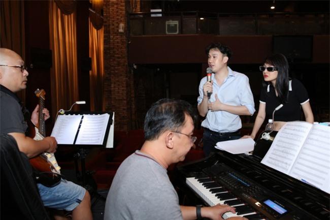 """Bảo Anh khoe eo thon, miệt mài tập nhạc lúc nửa đêm cùng Dương Triệu Vũ cho liveshow """"Dạ Nguyệt"""" - Ảnh 4."""