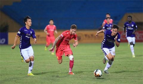 Geovane (giữa) trong trận đấu với Hà Nội FC khi còn khoác áo Sài Gòn FC - Ảnh: ĐỨC CƯỜNG