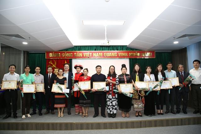Thứ Trưởng, Phó Chủ nhiệm UBDT Hoàng Thị Hạnh trao quà của UBDT cho các thầy cô giáo