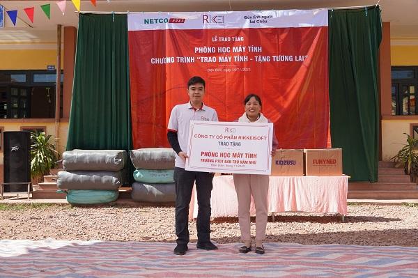 Ông Đặng Thái Hòa, Phó Tổng giám đốc Rikkeisoft trao tặng 10 máy tính cho trường phổ thông dân tộc bán trú tiểu học Nậm Nhừ, Nậm Pồ, Điện Biên