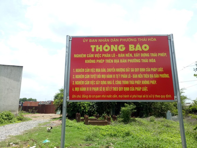 Cơ quan chức năng gắn bảng thông báo cấm phân lô, bán nền sau khi xuất hiện đối tượng chào bán đất.