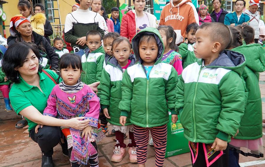 Những chiếc áo ấm nghĩa tình của Tập đoàn Mai Linh trao tặng giúp các em học sinh vùng cao giữ ấm trong mùa đông giá rét.