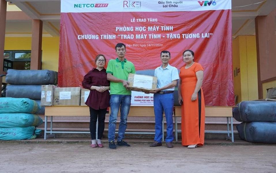 Đại diện Netco (thứ 2 từ trái sang) trao quà tặng cho Trường tiểu học Nậm Tin.