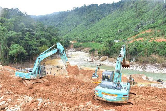 Hiện trường tìm kiếm các nạn nhân mất tích trong vụ sạt lở thủy điện Rào Trăng 3 (Ảnh: TTXVN)