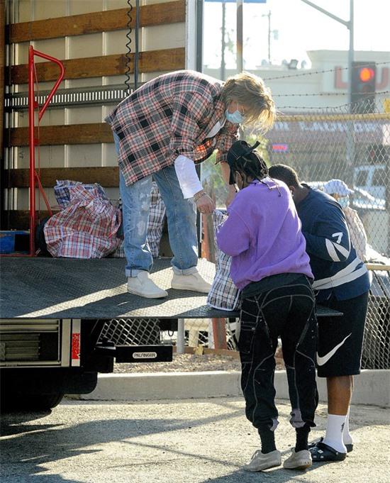 Brad Pitt phân phát đồ ăn giúp đỡ những người khó khăn, cuộc sống đang bị ảnh hưởng trầm trọng vì dịch bệnh kéo dài.