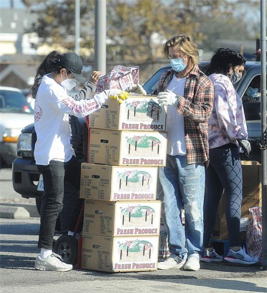 Brad Pitt vốn là người hoạt động thiện nguyện tích cực. Anh có quỹ từ thiện chung với vợ cũ - nữ diễn viên Angelina Jolie - và cũng thành lập tổ chức từ thiện Make It Right Foundation để giúp đỡ những nạn nhân cơn bão Katrina.