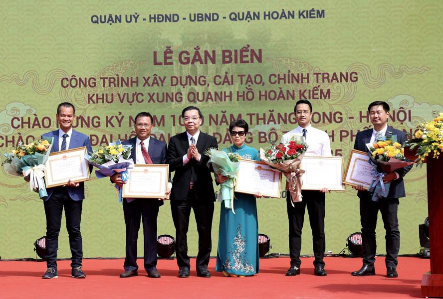 Tổng giám đốc Busadco Hoàng Đức Thảo (thứ 2 từ trái qua) nhận Bằng khen của Chủ tịch UBND TP. Hà Nội.
