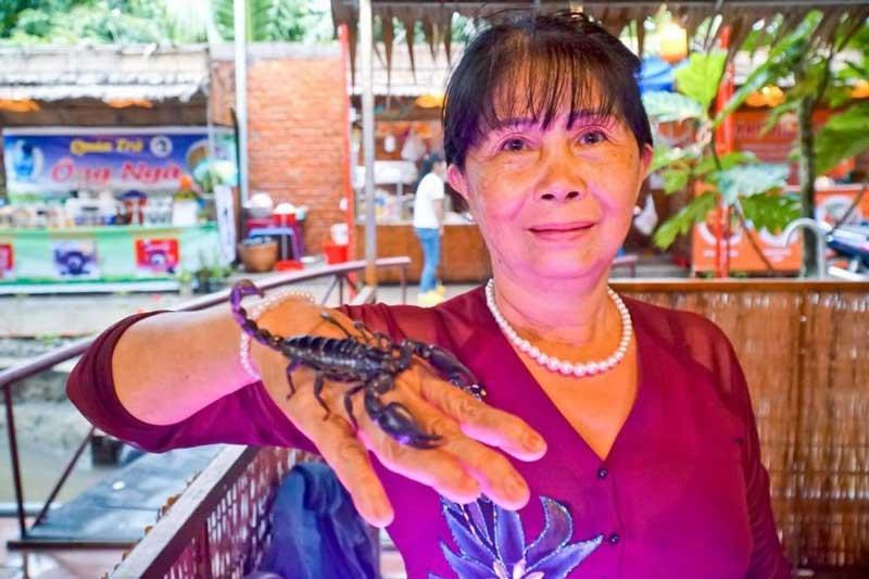 Bà Kim Giàu với con bò cạp còn sống.