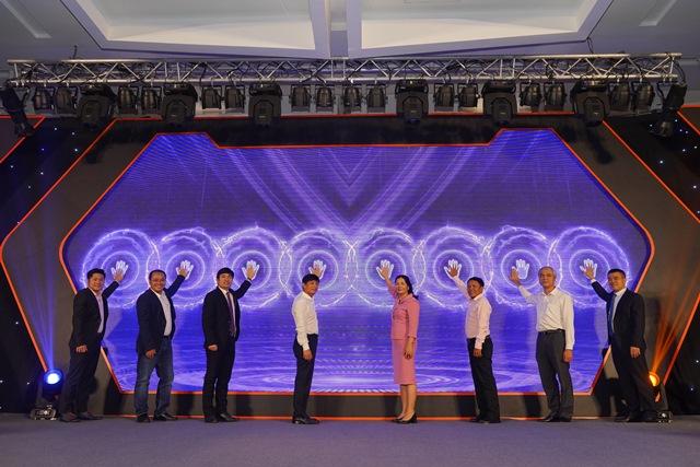 Đại diện lãnh đạo Cục TMĐT&KTS (Bộ Công Thương) cùng lãnh đạo các bộ ngành cùng nhấn nút phát động Ngày hội mua sắm trực tuyến Việt Nam - Online Friday 2020