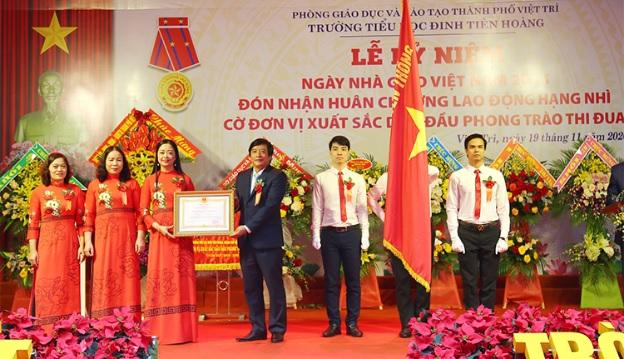 Thừa ủy quyền của Chủ tịch nước, Bí thư Thành ủy Việt Trì Nguyễn Mạnh Sơn trao Huân chương Lao động hạng Nhì cho Trường Tiểu học Đinh Tiên Hoàng.
