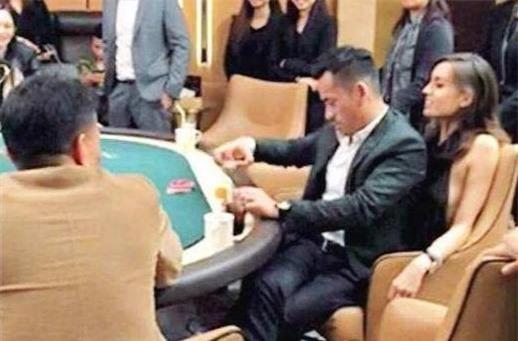 Bức ảnh Alvin Chau ngồi trong lòng Mandy Lieu khi chơi bài từng gây xôn xao trên các mặt báo Hong Kong.