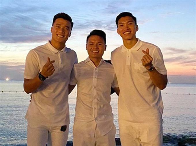 Quang Hải chụp ảnh với 2 người bạn thân: Tiến Dũng, Văn Hậu