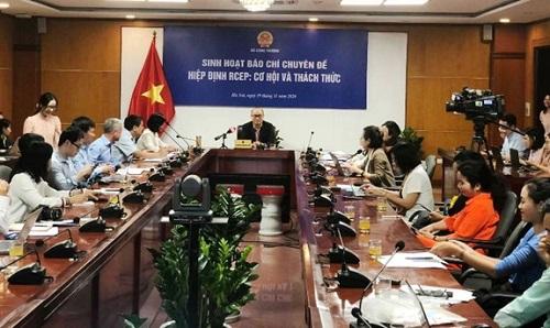 Ông Lương Hoàng Thái trao đổi các thông tin liên quan tới Hiệp định RCEP.