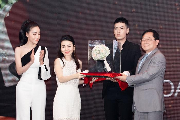 Tuyệt phẩm hoa sứ Minh Long được chọn làm hoa đăng quang dành cho tân Hoa Hậu Việt Nam 2020.