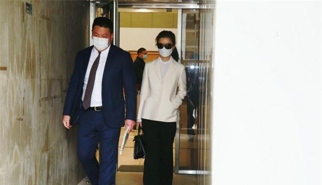 Vu Văn Phượng đến tòa với luật sư, hôm 19/11. Tại tòa, Vu Văn Phượng nói trước giờ chưa từng là fan của Châu Tinh Trì. Yêu anh rồi, cô mới xem phim của anh.