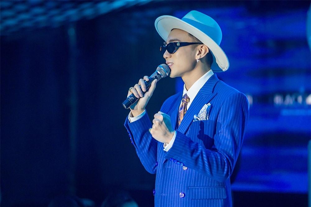 Soobin Hoàng Sơn nổi bật với bộ vest xanh lịch lãm, đánh dấu hình ảnh trưởng thành trong dự án mới.
