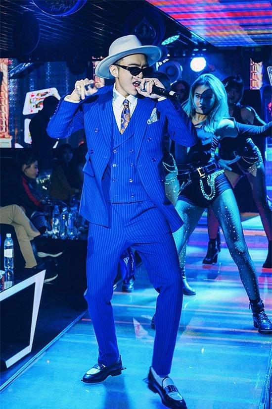 Soobin diễn live ca khúc Trò chơi với phần hỗ trợi sôi động của vũ công.