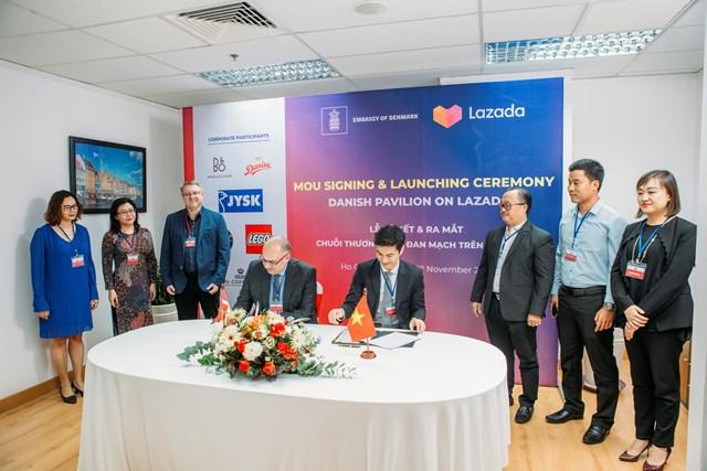 Đại sứ Đan Mạch tại Việt Nam Kim Højlund Christensen và Tổng Giám đốc của Lazada Việt Nam James Z. Dong vừa ký kết Biên bản ghi nhớ