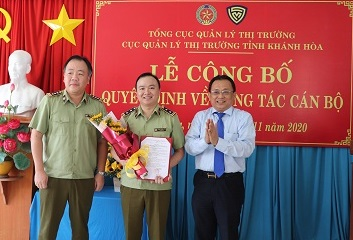 Lãnh đạo Tổng cục QLTT và Lãnh đạo UBND tỉnh Khánh Hòa trao Quyết định bổ nhiệm cho đồng chí Phạm Ngọc Sơn.