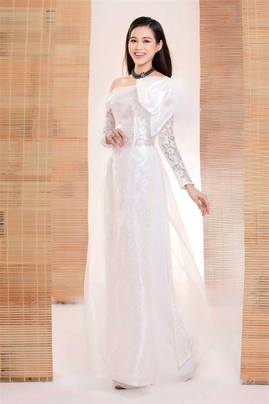 Nữ sinh đến từ Thanh Hoá khoe nét duyên dáng trong bộ ảnh áo dài đầu tiên.