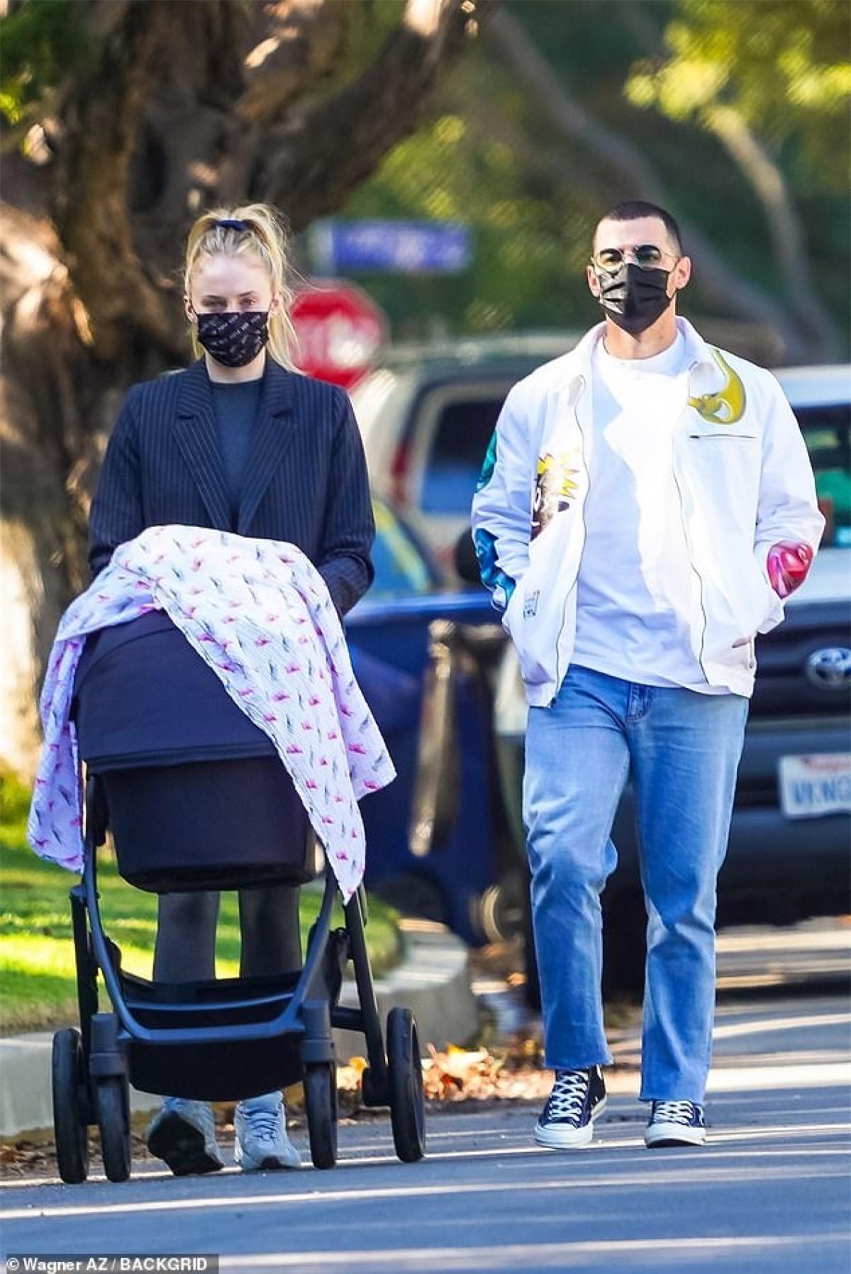 Sophie Turner và ông xã Joe Jonas đưa con gái cưng Willa ra phố đi dạo ở Los Angeles trong tiết trời mùa thu tuyệt đẹp.