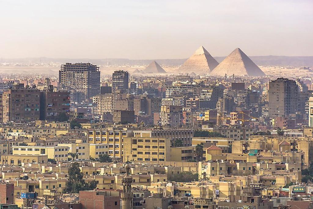 Thủ đô Cairo rộng lớn của Ai Cập có hơn 30 triệu dân. Nơi đây là thành phố lớn thứ 6 thế giới, nổi danh với nền văn minh Ai Cập cổ đại. Trong đó, quần thể kim tự tháp Giza và thành phố cổ Memphis là các điểm đến thu hút du khách khắp thế giới ghé thăm. Thành phố cũng sở hữu nền công nghiệp điện ảnh và âm nhạc cùng các cơ sở giáo dục đại học lâu đời.