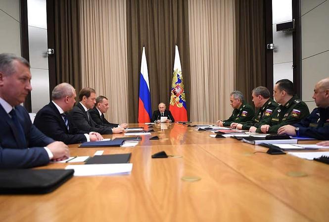 Hình ảnh chính thức từ cuộc họp ngày 11 tháng 11 năm 2020 tại Điện Kremlin, với Tổng thống Nga Vladimir Putin ngồi chính giữa.