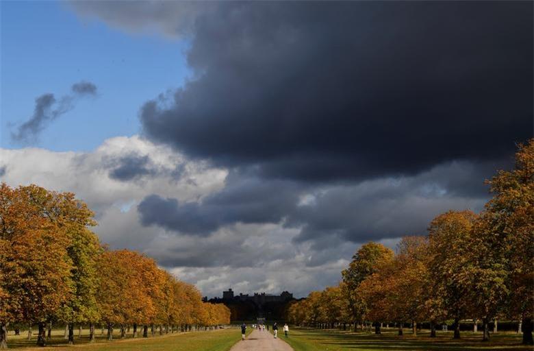 Màu sắc của tán lá mùa thu được nhìn thấy dọc theo Long Walk, với Lâu đài Windsor được nhìn thấy phía sau, Windsor, Anh, ngày 1/10.