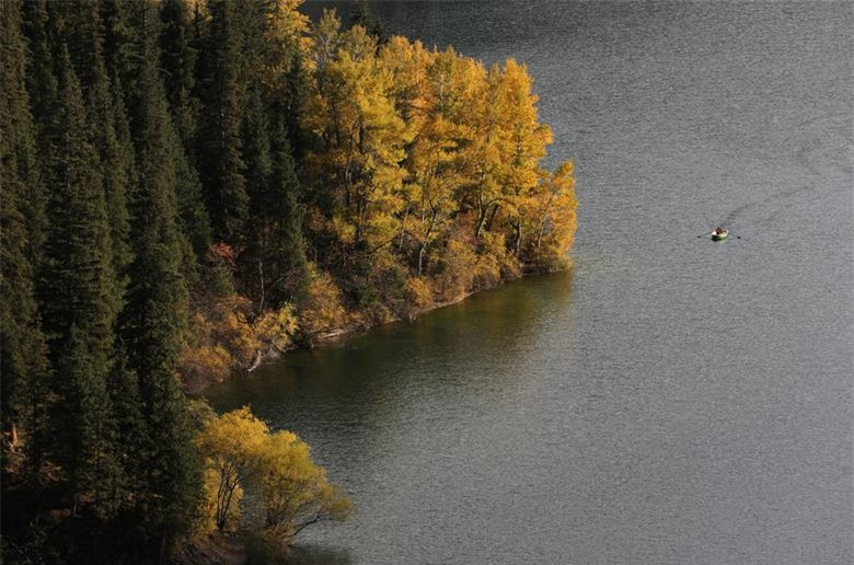 Mọi người chèo thuyền trong một ngày mùa thu tại hồ Kolsai ở vùng Almaty, Kazakhstan ngày 30/9.