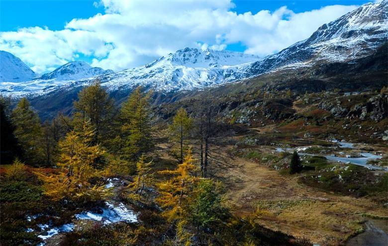 Hình ảnh tuyết tươi và màu sắc mùa thu vào một buổi chiều đầy nắng tại con đường Simplon gần Brig, Thụy Sĩ. Ngày 12/10.