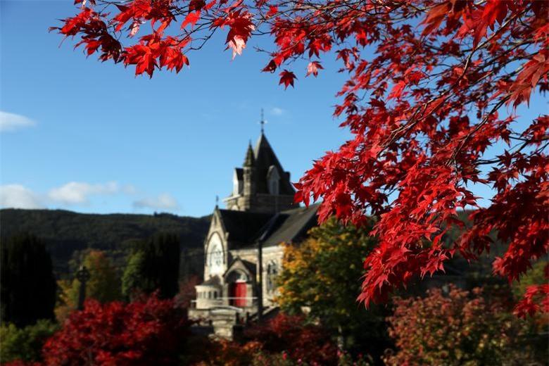 Nhà thờ Pitlochry của Scotland nhìn qua những tán lá mùa thu, ở Pitlochry, Anh ngày 9/10.