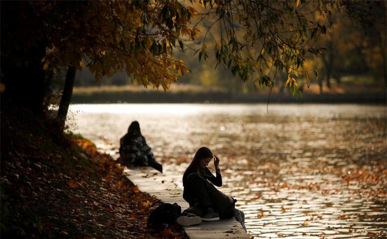 Một cặp đôi tận hưởng tiết trời mùa thu đầy nắng trong công viên ở Moscow, Nga ngày 6/10.