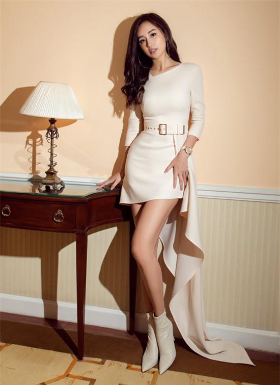 Hoa hậu Mai Phương Thúy khoe chân dài với váy ngắn màu kem, đến ủng hộ sự kiện của Midu.
