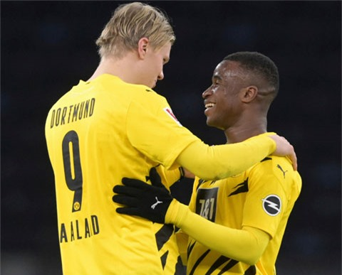 Haaland (trái) đánh dấu cột mốc giành Golden Boy bằng 4 bàn thắng vào lưới Hertha