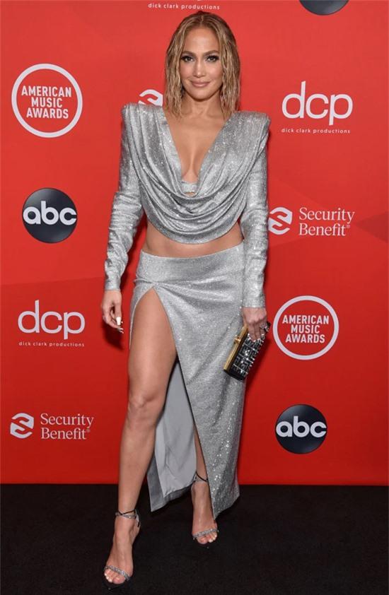 American Music Awards 2020 vẫn được diễn ra dù dịch bệnh vẫn đang hoành hành khắp nước Mỹ. Không nhiều ngôi sao tới tham dự như mọi năm nhưng những nghệ sĩ lớn vẫn góp mặt. Jennifer Lopez gây ấn tượng trên thảm đỏ với trang phục sexy.