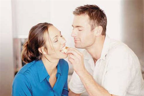Nghi ngờ chồng tay trong tay với người thứ ba, vợ hãy ghi nhớ những tuyệt chiêu ngăn chặn chồng ngoại tình sau đây - Ảnh 3.