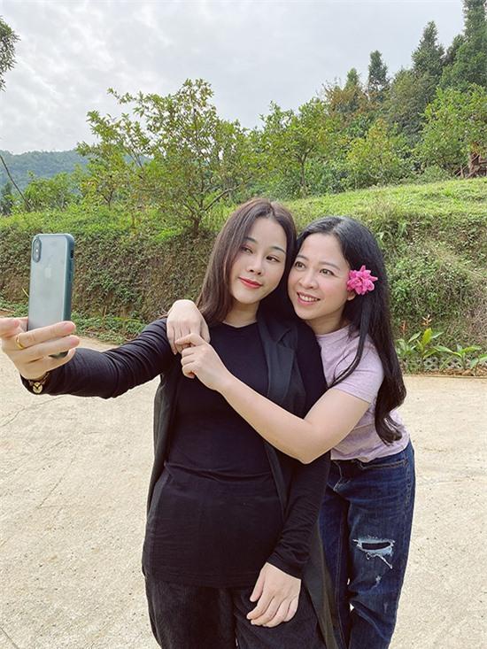 Hai người đẹp mải mê tạo dáng, chụp hình với cỏ cây hoa lá. Với Thanh Hoa - bà xã của Trọng Tấn - đây là cơ hội tuyệt vời để nghỉ ngơi, thư thãn và hòa mình với thiên nhiên.