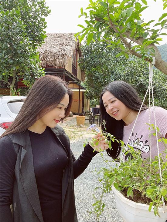 Ca sĩ Hoa Trần hoàn toàn ủng hộ sở thích làm trang trại, chăm sóc cây cối của ông xã Việt Hoàn. Cô cũng thường xuyên ông xã tưới cây, trồng hoa.