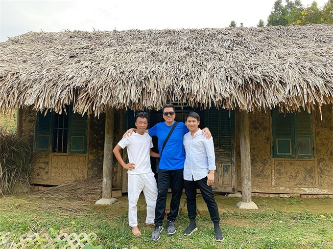 Ngoài giờ luyện tập, Việt Hoàn hào hứng đưa Đăng Dương và Trọng Tấn đi thăm cơ ngơi hơn 10 nghìn mét vuông của mình. Ngoài trồng cây ăn trái và các loại hoa, anh dựng một số nhà lá để tô điểm cho không gian thêm sinh động