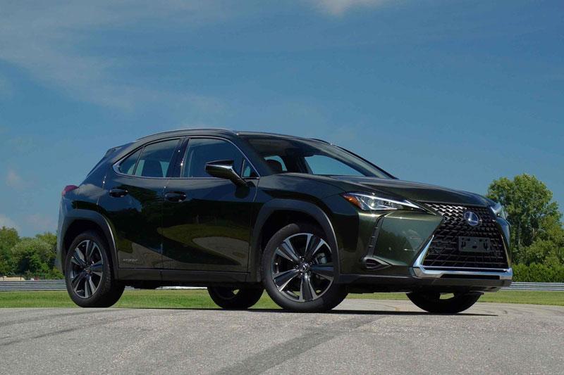 1. Lexus UX Hybrid 2020 (mức tiêu thụ nhiên liệu: 6,7 lít/100 km).