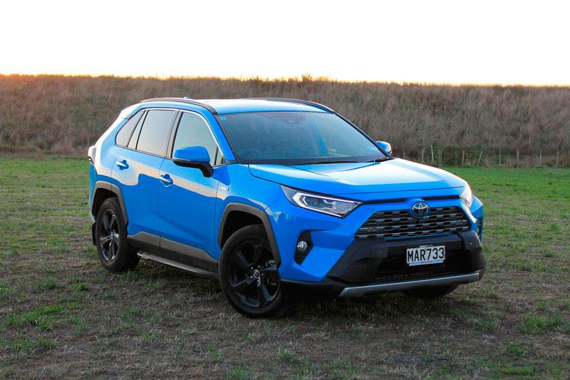 3. Toyota RAV4 Hybrid 2020 (mức tiêu thụ nhiên liệu: 7,1 lít/100 km).