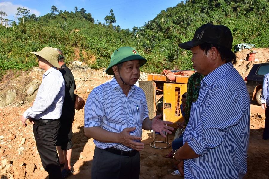 Chủ tịch UBND tỉnh Thừa Thiên Huế Phan Ngọc Thọ chia sẻ, động viên tinh thần người thân của các công nhân còn mất tích.