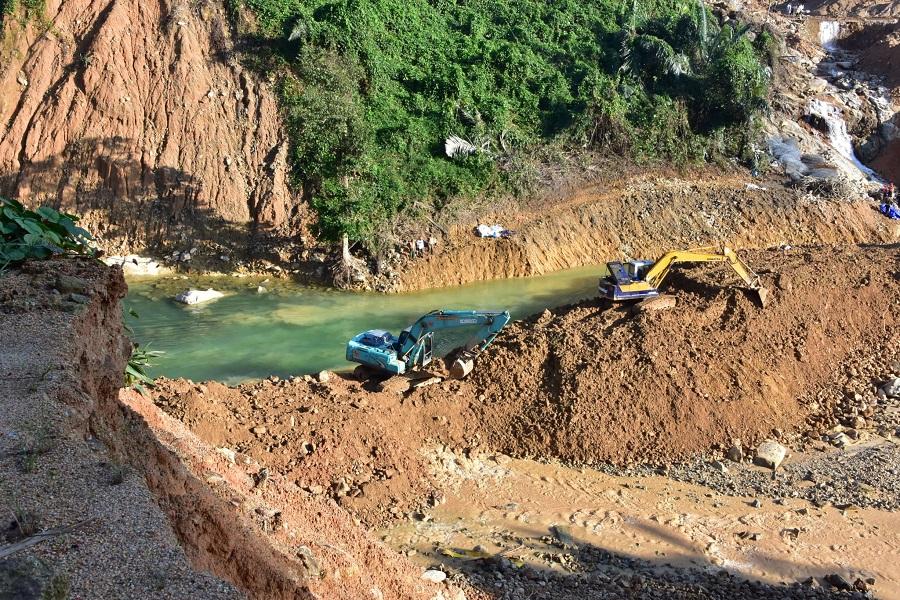 các lực lượng khác đã huy động hơn 200 cán bộ, chiến sĩ cùng các phương tiện chuyên dụng tổ chức ngăn đập, nắn dòng Thủy điện Rào Trăng 3 (xã Phong Xuân, huyện Phong Điền) để tiếp tục tìm kiếm các công nhân còn mất tích.