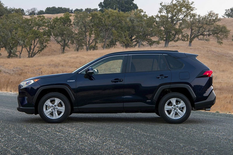 =8. Toyota RAV4 2020 (mức tiêu thụ nhiên liệu: 9,4 lít/100 km).