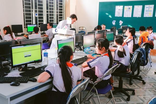 Các em học sinh được đại diện Qualcomm hướng dẫn cách sử dụng máy tính xách tay ACPC .