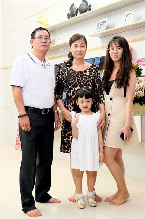 Bố mẹ, em gái và con gái hiện là động lực để Hồ Việt Trung phấn đấu phát triển sự nghiệp nghệ thuật. Anh được nhiều khán giả yêu mến và đã đoạt nút vàng YouTube.